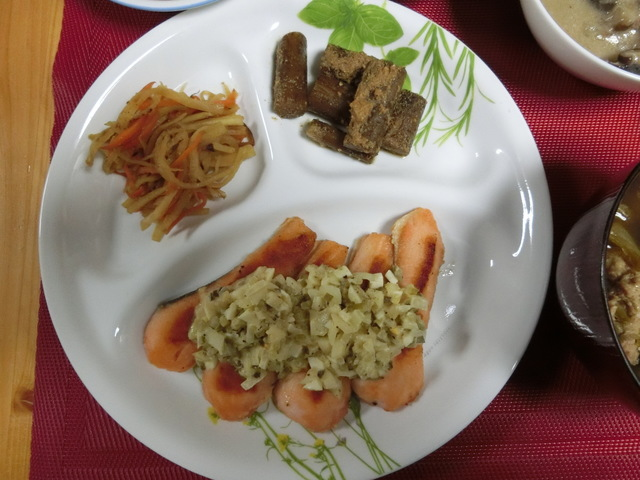 3/21の夕食 サーモンムニエルタルタルソース添え、大根のきんぴら、たたきごぼう