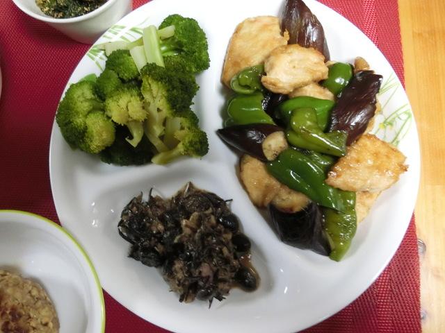 3/29の夕食 茄子とピーマンの中華風炒め、黒豆とひじきのサラダ、ブロッコリー