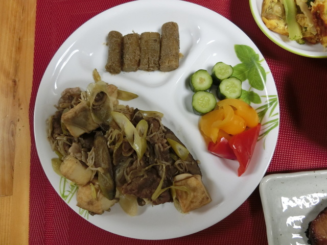 4/2の夕食 ゴボウと牛肉のすき焼き風炒め、たたきゴボウ、パプリカときゅうりのマリネ