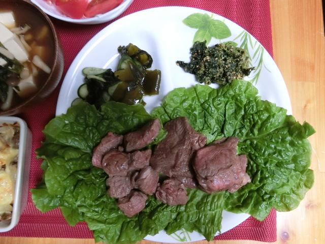 5/27の夕食 焼肉、きゅうりとわかめの酢の物、ほうれん草の胡麻和え