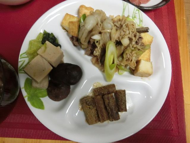 3/25の夕食 ごぼうと牛肉のすき焼き風炒め煮、高野豆腐と小松菜の煮びたし、たたきごぼう